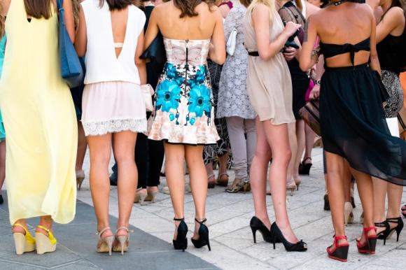 Suknia czy kombinezon – hity mody weselnej Moda, LIFESTYLE - Suknia wieczorowa czy przed kolano? A może garsonka? Kombinezon na przyjęcie czy poprawiny? Jeśli wciąż szukasz odpowiedzi na te pytania, oznacza to, że jesteś w środku sezonu weselnego. Sprawdź, jakie modowe trendy panują wśród weselników w 2019 roku.